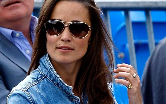 Pippa Middleton una volta tanto fotografata davanti